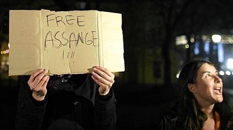 Mielenosoittajat vaativat Assangen vapauttamista Lontoossa.