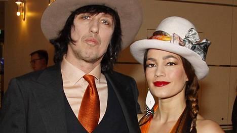 Muusikko Sami Yaffa ja taiteilija Meeri Koutaniemi avioituivat vuonna 2017.