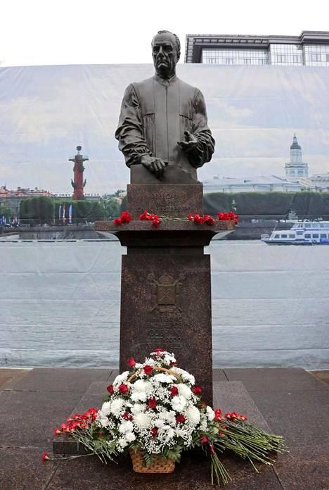 Anatoli Sobtshakin patsas sijaitsee Vasilinsaarella. Putinin käyntiä varten patsaan taakse oli pystytetty Pietaria esitävä kuvalakana.