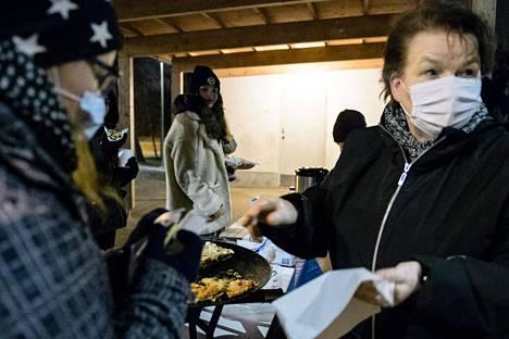 Viikottain syömään saapuu monta kymmentä lasta ja nuorta. Kuvassa vas. Asta Haataja, Marie Chaudhary ja Anneli Virtanen.