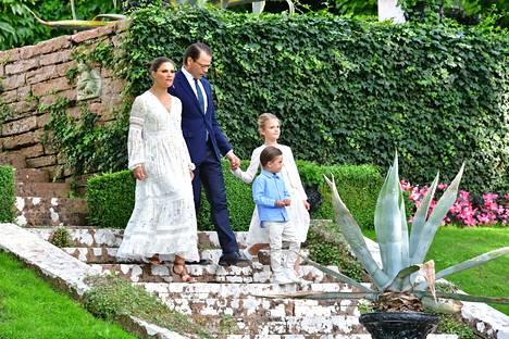 Victoria tapaa perinteisesti ruotsalaisia Sollindenin linnan pihalla syntymäpäivänään.