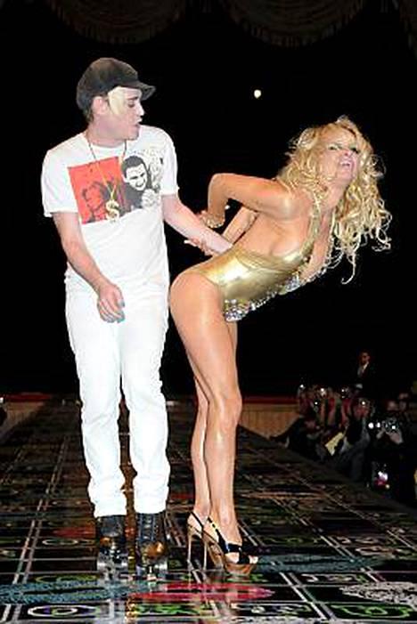 Pamela Anderson teki yllätysvisiitin näytöslavalle.