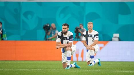 Suomen ja Belgian pelaajien polvistumiselle buuattiin Pietarissa.