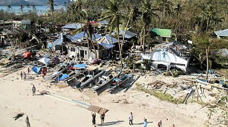 Panayn saarella ihmiset heiluttavat käsiään helikopterissa matkustaville saadakseen apua.