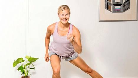 Vain villasukat ja hiukan tilaa liikkua! Kotona treenaaminen säästää myös aikaa.