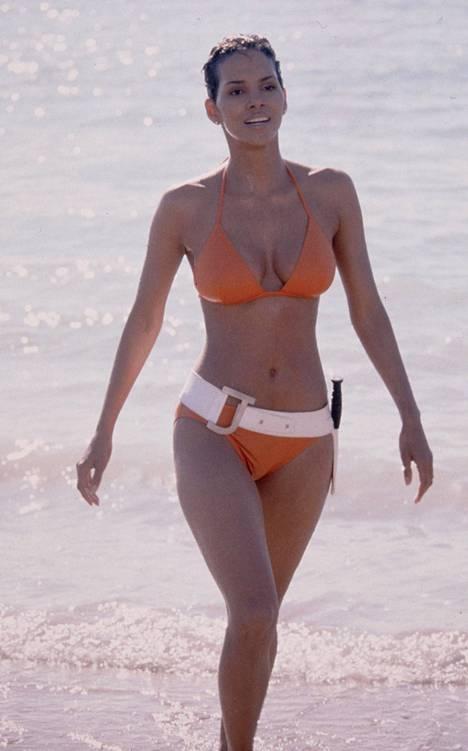 Halle Berry elokuvassa 007: Kuolema saa odottaa.