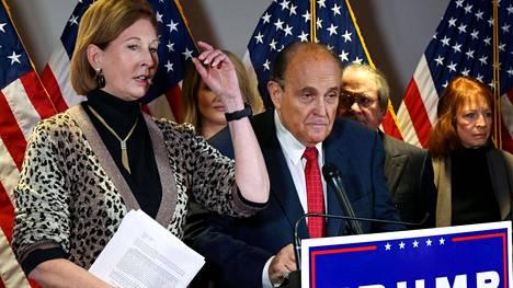 Sidney Powell (vas.) sai lähteä Rudy Giulianin lakitiimistä hänen väitteidensä käytyä liian hurjiksi jopa Giulianille.