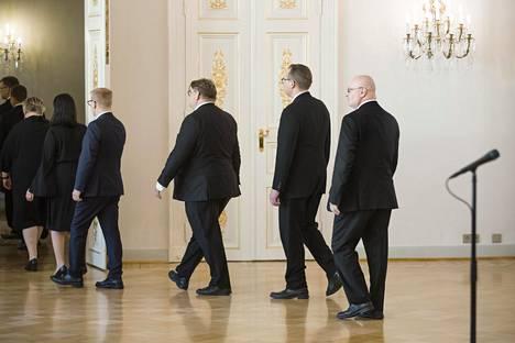 Viimeinen hetki vallan kammareissa. Ex-työministeri Jari Lindström poistuu Sipilän hallituksen jäähyväiskäynniltä Presidentinlinnasta kesäkuun 6. päivä vuonna 2019.