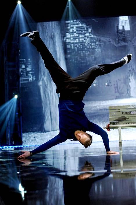 Dennis Nylund esitteli taitojaan Pakko tanssia -ohjelmassa.