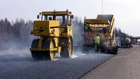 Mittausten perusteella selvisi, että merkittävin päästön aiheuttaja päällystysprosessissa on asfaltin valmistusvaihe. Kuvituskuva.