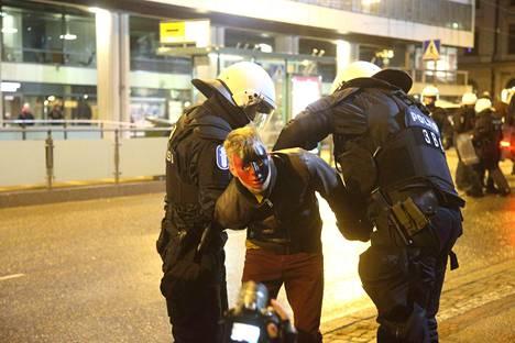 Viime vuonna poliisi joutui ottamaan kiinni anarkisteja.