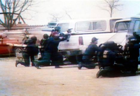 Alkoholin, tupakan, tuliaseiden ja räjähteiden valvontaviraston agentit rajussa tulitaistelussa lahkolaisten kanssa.