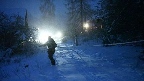 Poliisi veti nauhoja tapahtumapaikan ympärille Virtain Liedenpohjassa torstaina.