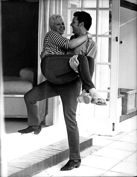 Tom Jones kantoi vaimonsa Lindan uuden talon kynnyksen yli 1970.