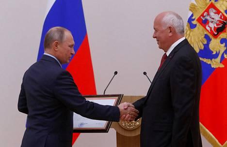 Vladimir Putin ja Sergei Tshemezov (oik.) olivat yhdessä KGB:n palveluksessa Dresdenissä jo 1980-luvulla.