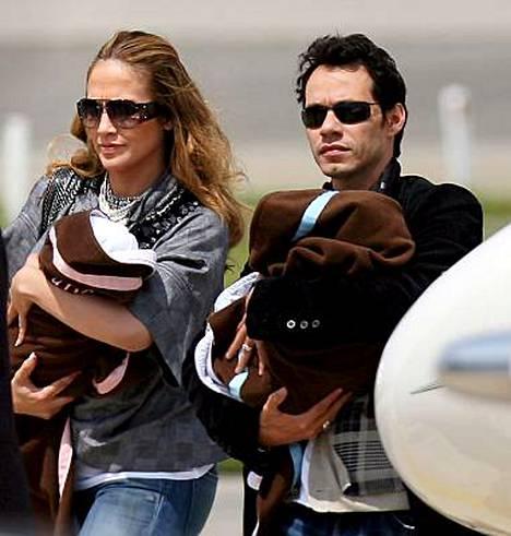 Jennifer Lopez ei huolinut jättisyytteestään matkaillessaan Espanjassa miehensä Marc Anthonyn ja kaksostensa Maxin ja Emmen kanssa.