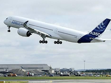 Airbusin A350-lentokone neitsytlennollaan.
