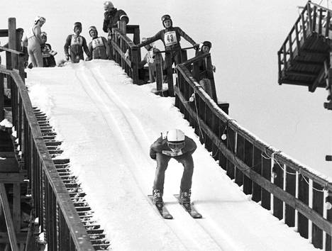 """""""Tässä laskee yhdistetyn voittaja, 14-vuotias Aarne Saarinen, Jämsänkosken Jyry. Oli hiihto-osuudella varsinainen menijä, ei näkynyt perässähiihtäjiä. – Mäkiosuus meni odotetusti heikommin, kommentoi Saarinen"""", kerrottiin Hopeasompa-kisoista vuonna 1984."""
