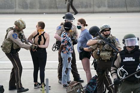 Poliisi otti kiinni mielenosoittajia Minneapolisissa.