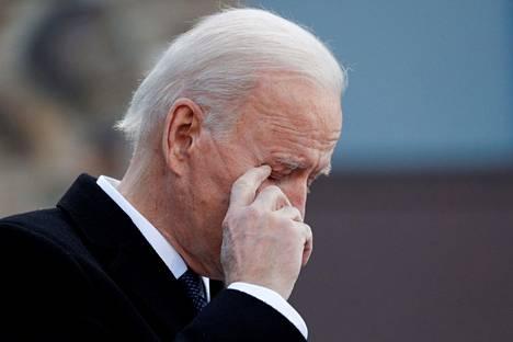 Yhdysvaltain tuleva presidentti Joe Biden pyyhki kyyneleitä puhuessaan tukijoilleen kotiosavaltiossaan Delawaressa tiistaina.