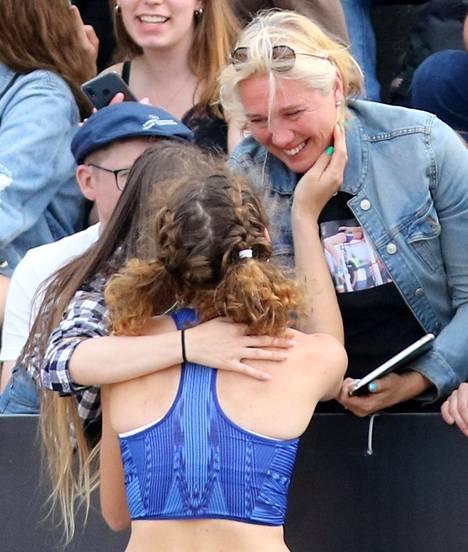 Suomen ennätyksen hypännyt Ella Junnila otti tiistaina onnittelut liikuttuneelta äidiltään Ringa Ropolta.