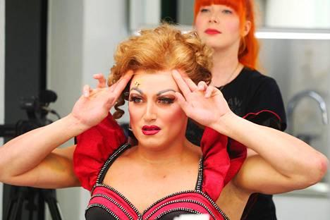 Lauri Mikkola on ihastuttanut draghahmo Lolana Kinky Boots -musikaalissa.