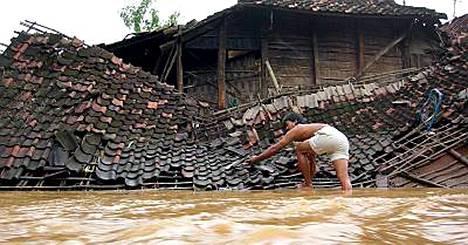 Tulvien ja mutavyöryjen pelätään surmanneen joulunpyhinä yli 130 ihmistä Indonesian Jaavalla.