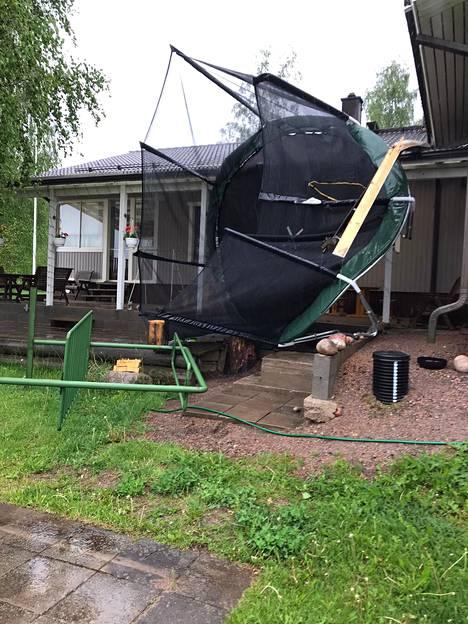 Trampoliini lensi päin taloa Lopella.