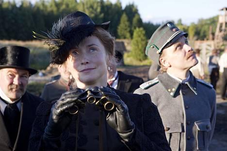 Leena Pöystin rooli elokuvassa on komentajan vaimo Helen Kalm.