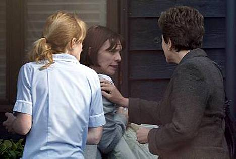 Jaden äiti Jackiey (kesk.) valvoo tyttärensä vuoteen ääressä.