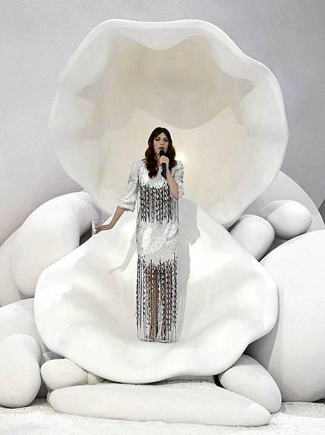 Florence Welch esiintyy Chanelin SS 2012 näytöksessä Pariisissa