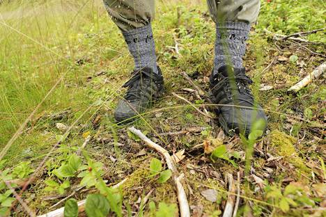 Maastossa kulkiessa puutiaista eli punkkia vastaan voi suojautua laittamalla esimerkiksi lahkeet sukan sisään.