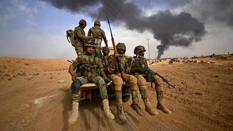 Irakin joukkoja matkalla kohti Al-Qaimin kaupunkia 3. marraskuuta.
