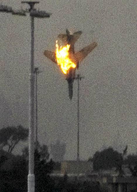 Gaddafia vastustavien kapinallisten kone ammuttiin alas lauantaiaamuna Bengasissa.