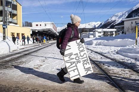 Greta Thunberg matkusti Sveitsin Davosiin junalla. Kuvassa hän on juuri saapunut Davosin päärautatieasemalle.