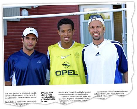 Jazzin brassit Jeferson Pires (vas.) ja Fabio (oik.) illastivat Ronaldinhon kanssa PSG:n Porin-vierailulla.