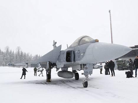 Saab Gripen E laskeutui Pirkkalan kentälle talvella 2020.
