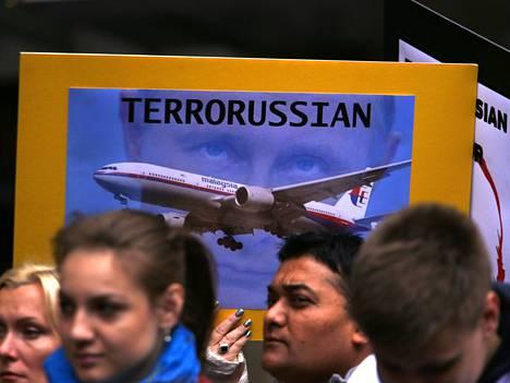 Australian ukrainalaiset osoittivat mieltään Venäjän presidentti Vladimir Putinia vastaan Sydneyssä. Alas ammutussa koneessa kuoli 29 australialaista.