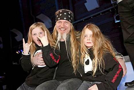 Marco Hietala ja kaksospojat Miro (vas.) ja Antto.