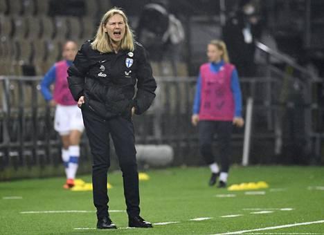 Ruotsalaisvalmentaja Anna Signeul on johdattanut Helmarit EM-kisojen porteille.