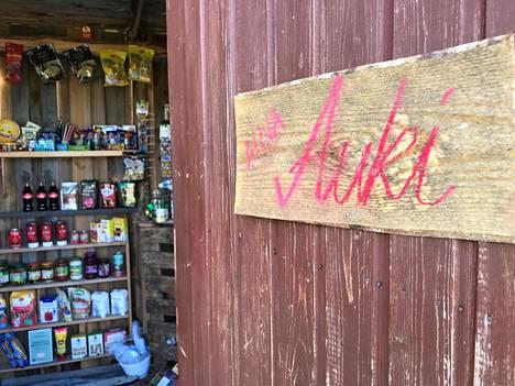 Vaikka kyläkauppa on auki aina, ei se kuulemma ole joutunut ilkivallan tai ryöstöjen kohteeksi. Kassa tyhjennetäänkin aina illaksi.