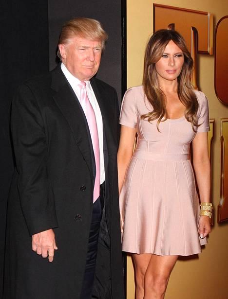Trump ja Melania Knauss avioituivat, Trumpin edellisestä avioerosta näyttelijä Marla Maplesin kanssa oli kuusi vuotta aikaa. Ensimmäisen vaimon, Ivana Trumpin kanssa avioero tuli vuonna 1992.