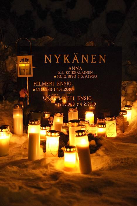Kynttilät valaisivat Matti Nykäsen haudalla.