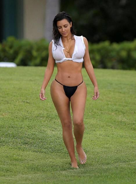 Kim Kardashian on esitellyt hoikistunutta vartaloaan ahkerasti viime aikoina.