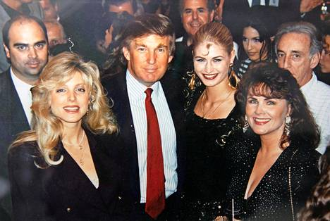 Marika Silvan ja Marjo Sjöroos tapasivat Donald Trumphin ja tämän silloisen vaimon Marlan 1994 Calendergirl-kilpailussa.