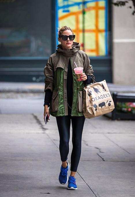 Tyyliguru Olivia Palermo, 31, lähtee hoitamaan asioita usein leggingseissä. Huomion varastavat lenkkarit ja ylisuuri tuulitakki ovat täydelliset kaverit leggingseille.