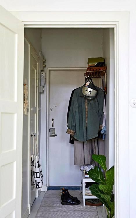 Kapea eteinen ei ole ahdas, kun siellä on vain sesonkiin kuuluvat vaatteet ja asusteet.
