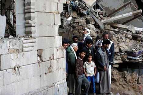 Paikalliset tarkastelivat ilmaiskun jälkiä Jemenin pääkaupungissa Sanaassa lauantaina. Kruununprinssi Mohammedin uskotaan vaikuttaneen voimakkaasti päätökseen liittää Saudi-Arabia Jemenin sisällissotaan.
