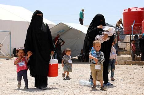 Naisia ja lapsia al-Holin leirillä.