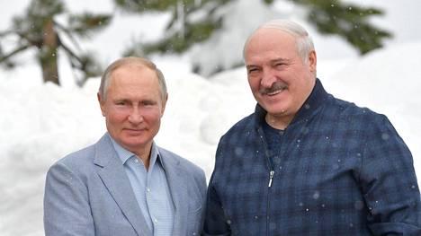 Venäjän presidentti Vladimir Putin ja Valko-Venäjän johtaja Aljaksandr Lukashenka kuvattuina helmikuussa Sotshissa.